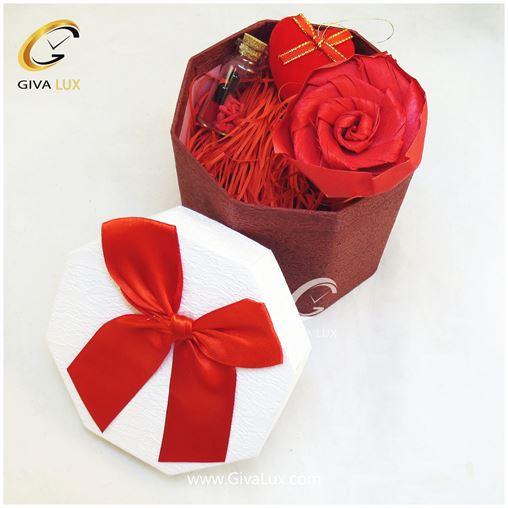 پک کادویی شامل جعبه گل کاغذی قرمز قلب و شیشه تزئینی