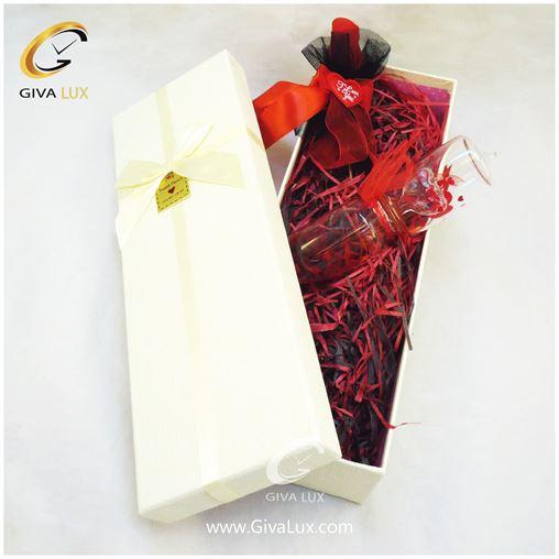 پک کادویی شامل گل روبان دار قرمز لاوسنج و جعبه